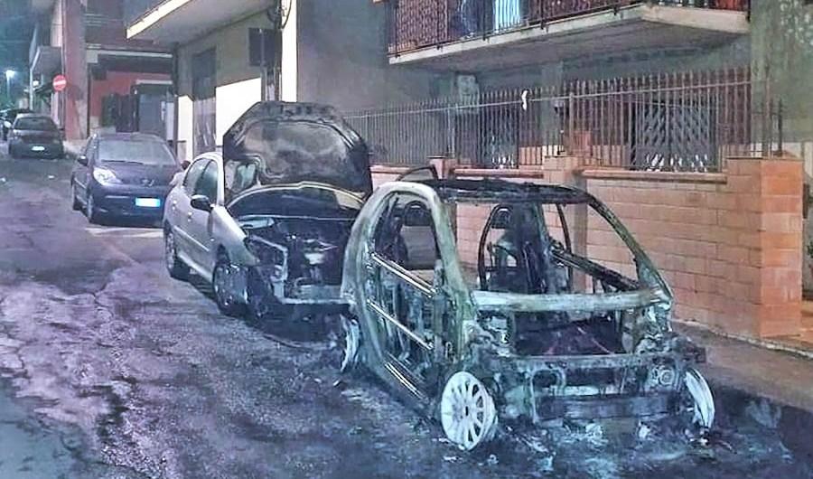 Motta Sant'Anastasia, due auto in fiamme nella notte