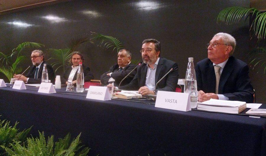 Giardini Naxos. Marco Damilano: «Moro ci ha lasciato l'idea di rischiare di perdere consenso per non andare contro le generazioni del futuro»