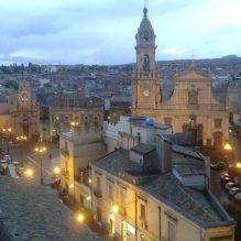 Biancavilla, piazza Roma. A destra la basilica Santa Maria dell'Elemosina, a sinistra la chiesa del Rosario (Foto di Pietro Nicosia)