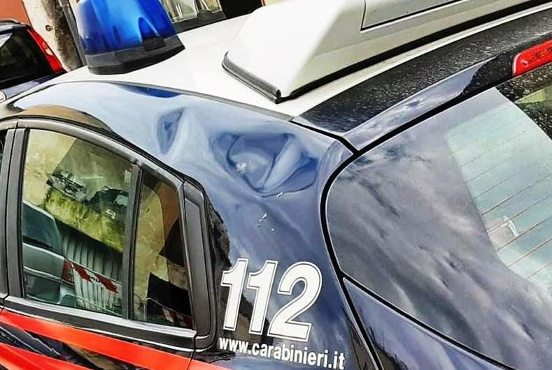 Motta Sant'Anastasia. Infastidisce clienti di un chiosco e aggredisce i Carabinieri: denunciata 46enne