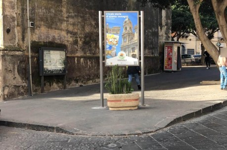 Il cartellone installato davanti allo scivolo di piazza Sant'Orsola