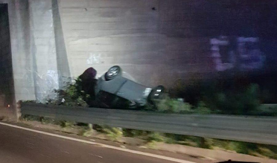 Ss121. Auto finisce fuori strada nei pressi di Etnapolis
