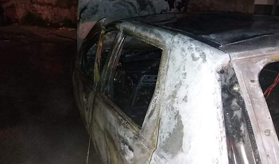Paternò. Auto in fiamme in via Giovan Battista Nicolosi