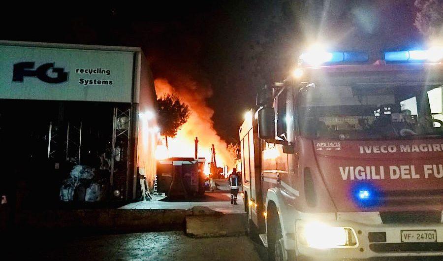 Belpasso. Incendio in azienda di smaltimento rifiuti speciali
