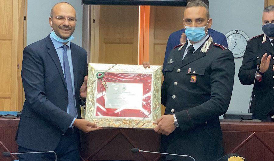 Accardo lascia il comando compagnia Carabinieri, Biancavilla lo premia