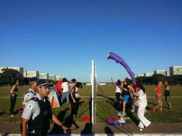 Alunos de Artes da UnB tentam fazer uma alegre manifestação contra o golpe.