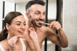 mann frau zahnseide zahnbürste zähne putzen
