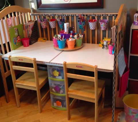 Barevný stůl z upcyklované postýlky.