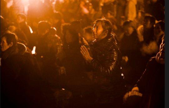 """Imágenes de la Plaza de Shaoshang. Decenas de miles de personas acudieron con flores y pequeñas figuras de Mao para presentarle sus respetos y felicitarle su cumpleaños. Con la izada de la bandera de china, los asistentes corearon """"Larga vida al Presidente Mao"""""""