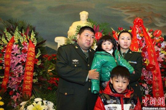 El nieto de Mao, el general del ejército Mao Xinyu, acudió al Mauseleo de la Plaza de Tiananmen para rendir homenaje a su abuelo.