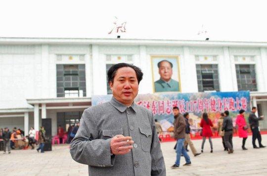 El hombre de la foto (identificado como el señor Fu) lleva diez años acudiendo de esta forma a celebrar el cumpleaños de Mao Zedong. Este 26 de diciembre no fue una excepción.