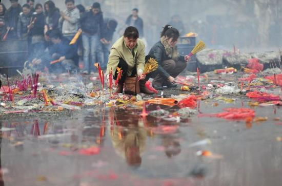 El templo de Guiyuan también ha utilizado la tecnología para satisfacer las demandas de los ciudadanos. A través de su página web se podían poner inciensos y dejar mensajes de felicitación. Dos pantallas de LED junto a la estatua de Guanyin (观音) reproducían sin cesar estos mensajes de los creyentes.