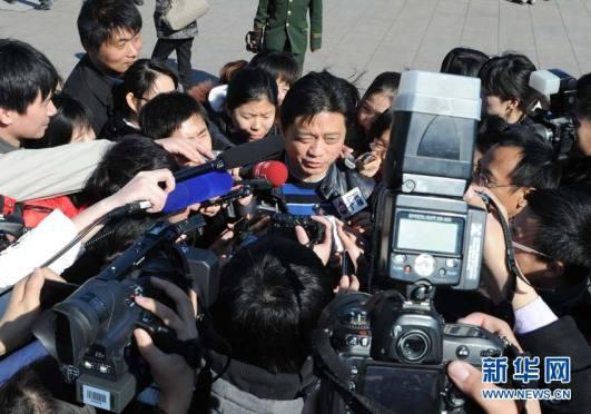 """Los medios """"se pelean"""" por entrevistar al presentador Cui Yongyuan a su entrada al Gran Salón del Pueblo."""