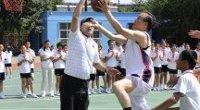 <p>El Día Internacional del Niño, que se celebra el 1 de junio, es una fecha que pasa desapercibida en gran parte del planeta, pero no en China. Como es habitual todos los años, Hu Jintao y Wen Jiabao han hecho visitas a centros escolares y han intentado aprovechar este Día del Niño para ganarse a los ciudadanos. El Primer Ministro ha jugado al baloncesto en un colegio de Pekín, mientras que el Presidente ha hecho flores con los pequeños de una guardería de la provincia de Hubei. </p>