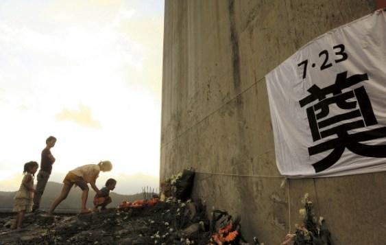 Una de las imágenes de Life Week. En ella, familiares de las víctimas llevan flores al lugar del accidente.