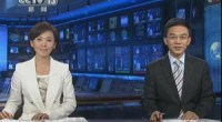 <p>El pasado 25 de septiembre, el telediario de la Televisión Central de China (CCTV) contó con dos nuevos y jóvenes presentadores: Ouyang Xiadan (欧阳夏丹) y Lang Yongchun (郎永淳). En la que está considerada como la televisión más oficial y cercana al Gobierno central del país, a muchos les sorprendió la frescura y cercanía de estos dos presentadores nacidos en la década de los 70.</p> <p>El objetivo de la CCTV es modernizar sus telediarios, que todavía mantienen un estilo muy tradicional, serio y burocrático. En enero de 2012, el telediario cambiará también el letrero y la música de introducción (que se han mantenido prácticamente intactos desde hace 23 años), junto con el fondo y otros aspectos técnicos. El cambio de presentadores, más jóvenes, cercanos y con un lenguaje menos oficial, ha sido el primer paso de una mayor transformación de la CCTV que veremos en los próximos meses.</p>