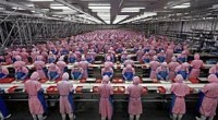 """<p>En las últimas semanas, <a href=""""http://www.thedailyshow.com/watch/mon-january-16-2012/fear-factory"""">dos</a> <a href=""""http://www.nytimes.com/2012/01/26/business/ieconomy-apples-ipad-and-the-human-costs-for-workers-in-china.html"""">artículos</a> del diario estadounidense <em>The New York Times</em> discutiendo los negocios de Apple en China han provocado una gran repercusión en todo el mundo, especialmente el reportaje en el que se habla de las duras condiciones laborales en la principal subcontrata de la empresa de la manzana, la taiwanesa <a href=""""http://en.wikipedia.org/wiki/Foxconn"""">Foxconn</a>.</p> <p>Lo que sigue es una opinión personal que trata de reflejar una visión basada en el contexto político, social y económico de China. <strong>Daniel Méndez</strong>. </p>"""