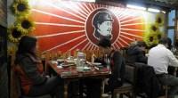 """<h5>Una visión desde provincias del <em>revival</em> maoísta</h5> <p>Junto a los ascensores de la biblioteca de la Universidad de Dongbei, un enorme cartel anuncia un viaje de estudios que se realizará a mediados de abril. Durante quince días, por un módico precio, los estudiantes podrán visitar la provincia de Hunan, donde se encuentran numerosos edificios históricos relacionados con la historia del Partido Comunista de China y donde visitarán Shaoshan, el pueblo natal del presidente Mao Zedong. Horas después de que se abriera el plazo de inscripción, las plazas ya se habían agotado y algunos estudiantes se lamentaban. El motivo no era por perderse esos lugares históricos. """"A mí eso me da igual"""", decía una estudiante, """"yo quería ver Zhangjiajie"""", el espectacular parque natural que supuestamente sirvió de inspiración a los creadores de Avatar. <strong>Por Juan Ramírez Alcasser</strong>. </p>"""
