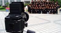 En los últimos días, han sido muchos los chinos que han dicho adiós a la universidad. Después de años de estudio y de sufrimiento, de amistades, profesores y libros... toca despedirse de una de esas etapas en la vida a la que muchos mirarán con nostalgia desde el futuro. Como buenos amantes de la fotografía que son los chinos, este momento ha sido inmortalizado con pasión gracias a cámaras de fotos y teléfonos móviles. En muchas universidades del país, además, es frecuente vestirse con el traje típico de las universidades estadounidenses y culminar la ceremonia de graduación lanzando los sombreros al aire. Si a los chinos les encanta sacarse fotos a todas horas, el último día de la universidad es un festín. <strong>Daniel Méndez</strong>.