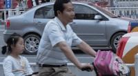 La imagen de un padre llevando a su hija en bicicleta al colegio ha triunfado en los últimos días en Internet. El motivo es que el protagonista esZhan Yunchao(詹云超), el vice-alcalde dela prefectura de Wuhu (芜湖), en la provincia de Anhui.La escena de este político a pie de calle, pedaleando para llevar a su hija al colegio, ha agradado a los ciudadanos chinos, que casi siempre relacionan a sus políticos con privilegios, corrupción, abuso de poder y sus coches Audi de color negro. <strong>Por Daniel Méndez</strong>.