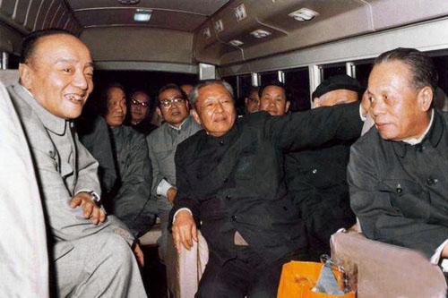 Xi Zhongxun (de negro en el centro) realiza una inspección a los pueblos de Guangong. A la izquierda se puede ver a Yang Shangkun, otra de las viejas glorias del Partido, rehabilitado a finales de los 70 y Presidente de China entre 1988 y 1993.