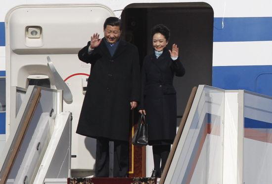 El Presidente de China, Xi Jinping, aparece en el aeropuerto de Moscú junto con su esposa, el pasado 22 de marzo.