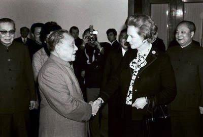 Saludo entre Deng Xiaoping y Margaret Thatcher en 1982.