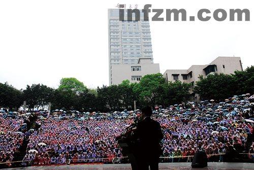 Estudiantes de la Universidad de Chongqing aguantan la lluvia y el frío para escuchar a Li Kaifu, que cada vez que acude a un campus universitario suele provocar una pequeña revolución. [Imagen del Nanfang Zhoumo]
