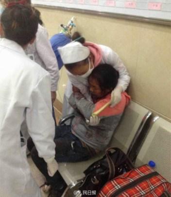 Una enfermera atiende a una de las víctimas.