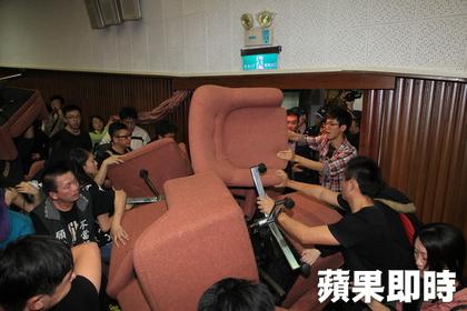 Los manifestantes utilizaron los sillones para bloquear las puertas de la cámara legislativa.