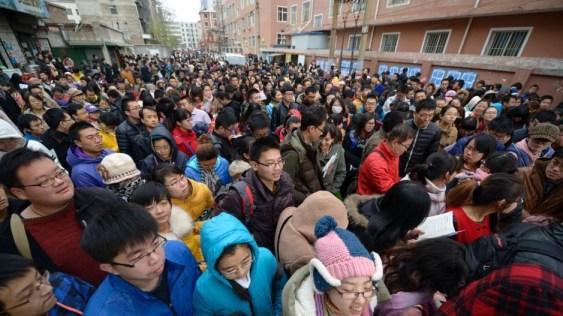 A finales de 2013, más de un millón y medio de personas se presentaron al examen de funcionario en China.