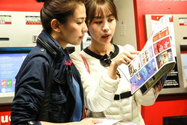 Las actrices Liu Tao y Li Feier durante la visita a Barcelona