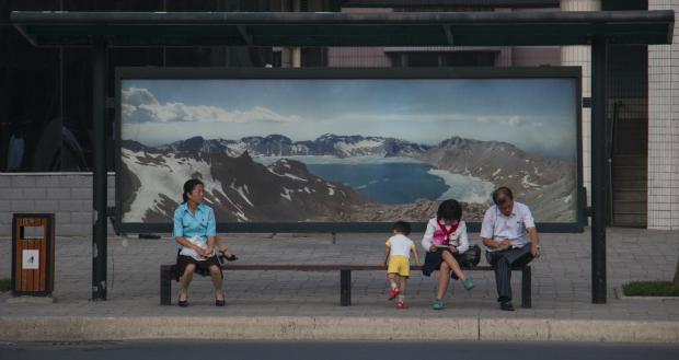 Esperando al autobús en Pyongyang (FOTO: Daniel Méndez)