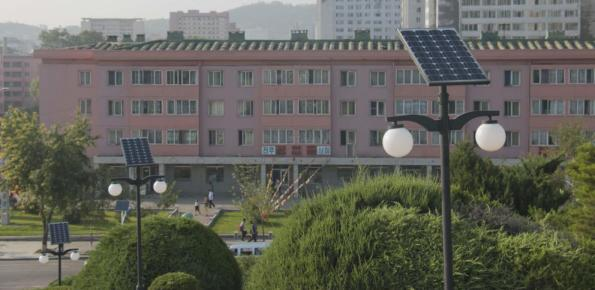Placas solares en el alumbrado público de Pyongyang (FOTO: Daniel Méndez)