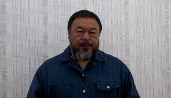 Ai Weiwei, con la lista de niños fallecidos en el terremoto de Sichuan que cuelga en las oficinas de su casa-estudio de Pekín. [FOTO: Daniel Méndez]