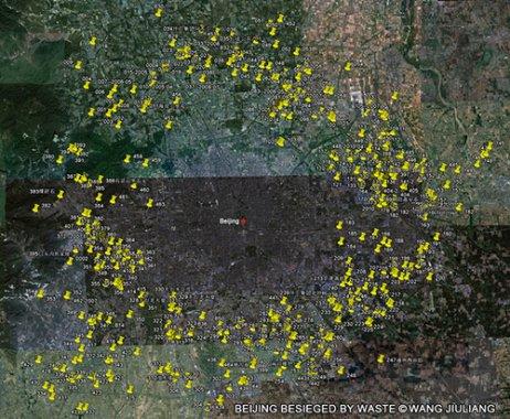Wang Jiuliang recorrió más de 15.000 kilómetros en los alrededores de Pekín. Cada vez que encontraba un vertedero, lo marcaba con un punto amarillo en el mapa. Los medios de comunicación se refirieron a esta sucesión de basura como el séptimo anillo (七环).