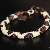 """Wężowa bransoletka z koralików robiona na szydełku """"Łaciata"""" + wzór"""