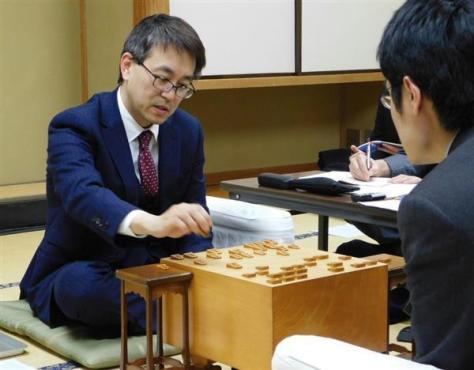 プレーオフを制し、名人戦への挑戦権を得た羽生竜王・棋聖(左)=21日、東京都渋谷区の将棋会館