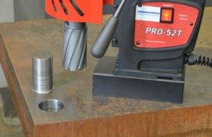Wiercenie frezemtrepanacyjnym za pomocą wiertarki elektromagnetycznej otworów o średnicy fi 50 mm