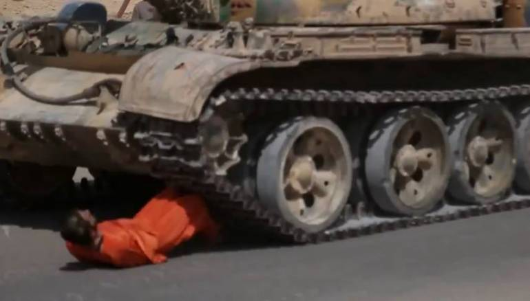 الدولة يعدم جنديا دهسا بالدبابة في البادية السورية زمان