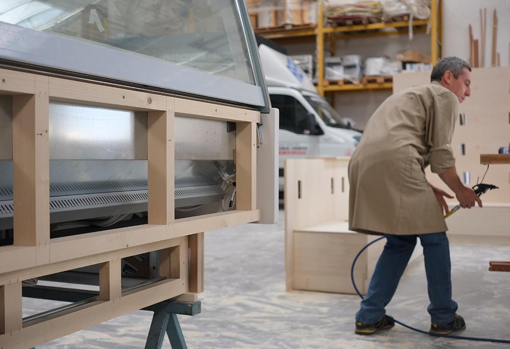 """Ogni arredamento per negozio realizzato ha un iter ben preciso, si parte dal progetto, dove il cliente grazie a rendering fotorealistici, viste tecniche con sezioni, misure e specifiche può vedere """"su carta"""" L Arredamento Su Misura In 4 Punti"""