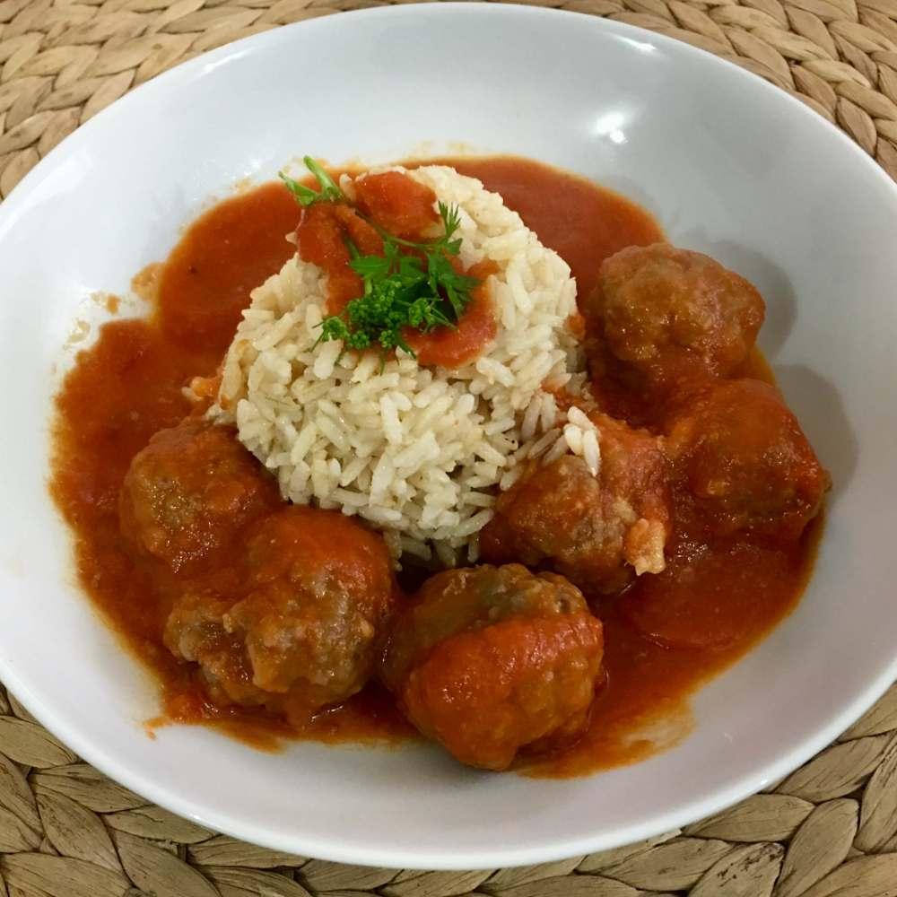 Albóndigas con tomate y arroz