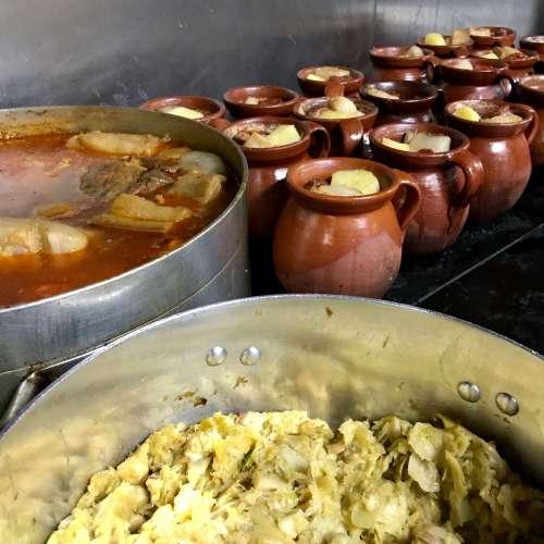 Ollas de cocido en la Taberna La Bola