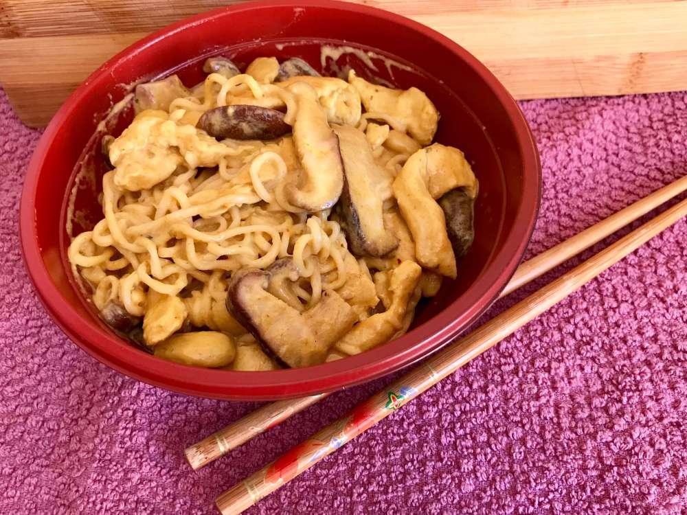 Noodels con curry y pollo