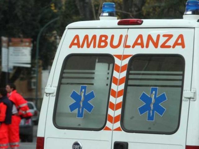 Roma: chiama il 118 e poi prende a calci e pugni ambulanza e sanitari