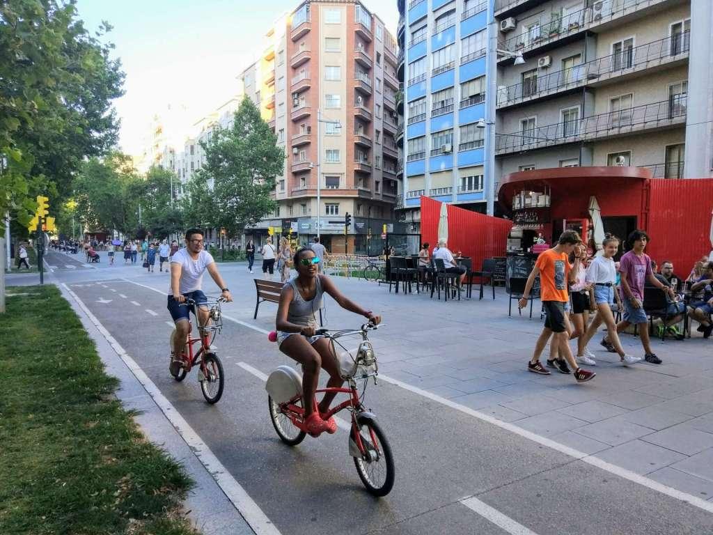 Moverte en bicicleta por Zaragoza - Ciclistas utilizando el servicio BIZI por el carril bici de Gran Vía