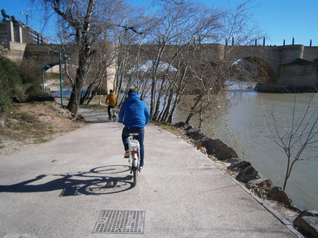 Moverte en bicicleta por Zaragoza - Conocer el Puente de Piedra con bicicleta eléctrica gracias a EbroBizi