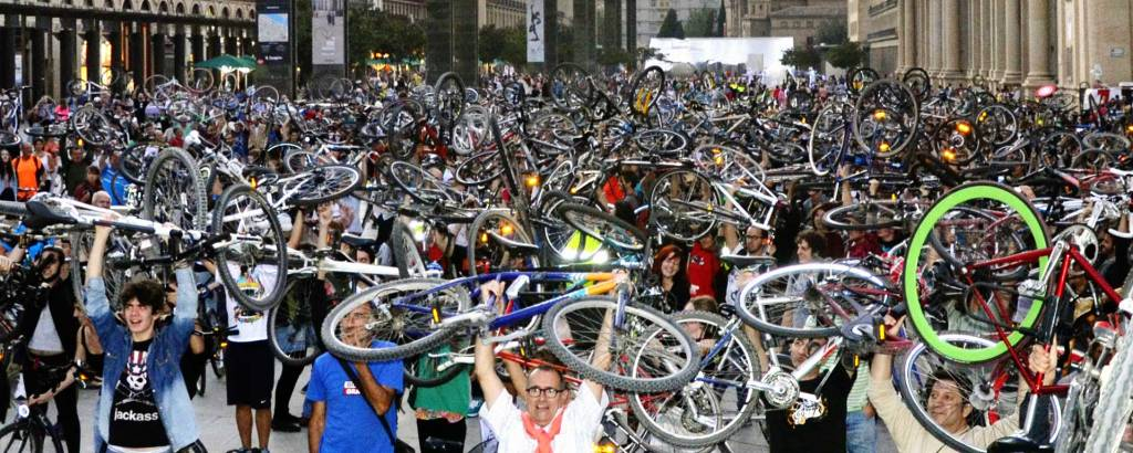 Moverte en bicicleta por Zaragoza - Reivindicación de la bicicleta en la Plaza del Pilar frente al Ayuntamiento