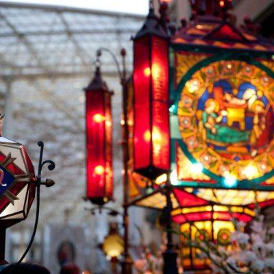 El Rosario de Cristal - Foto del Ayuntamiento de Zaragoza -Faroles del Rosario de Cristal procesionando por las inmediaciones del Foro Romano