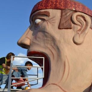 Tragachicos - Foto de Revista Centros Comerciales - El Tragachicos en una de sus ubicaciones mientras un niño se desliza a través de él en las Fiestas del Pilar de Zaragoza